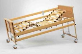 Burmeier DALI łóżko rehabilitacyjne z materacem przeciwodleżynowym typu gofr w pokrowcu nieprzemakalnym.