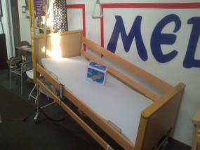 Łóżko medyczne ARMINIA z materacem przeciwodleżynowym bąbelkowym i materacem piankowym.
